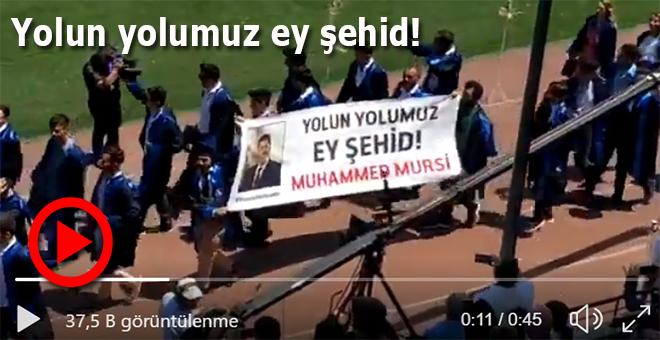 Mezuniyet töreninde Mursi pankartı: Yolun yolumuz ey şehid!