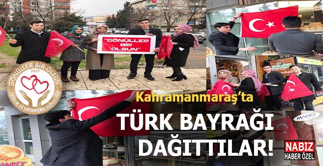 Mehmetçik için esnaf ve vatandaşlara Türk Bayrağı dağıttılar!