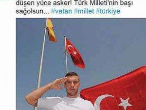 Podolski'nin Türk bayraklı mesajı Almanya'yı karıştırdı